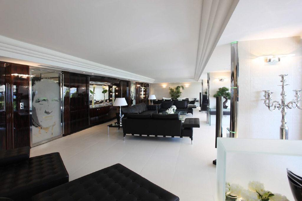 Gorgeous and modern four bedroom apartment, perfect for hosting events
