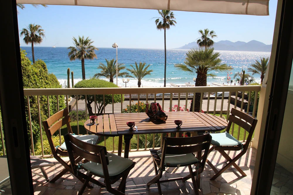 Two bedroom apartment with sea views