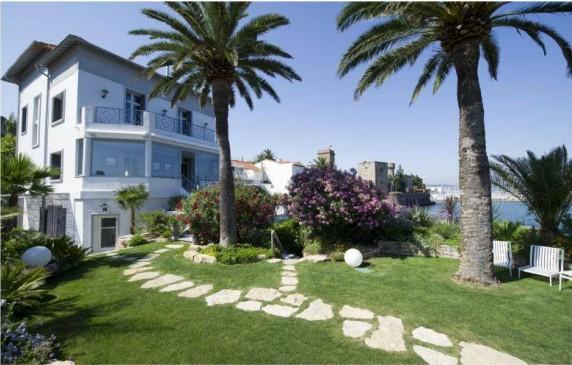 Art Deco style, six bedroom villa near the beach
