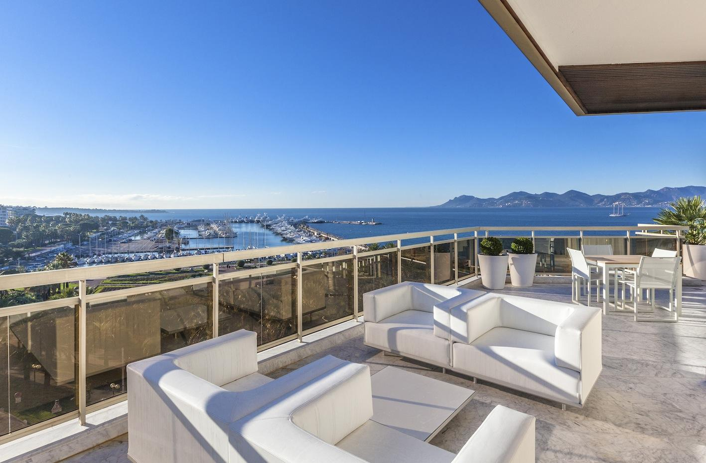 Renovated three bedroom on the Croisette with views