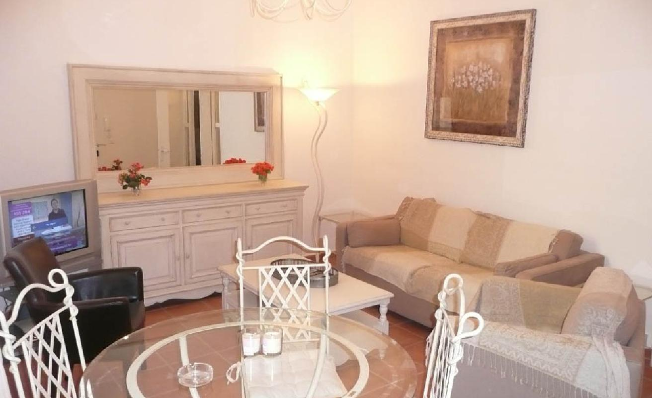 Classic two bedroom apartment close to Palais