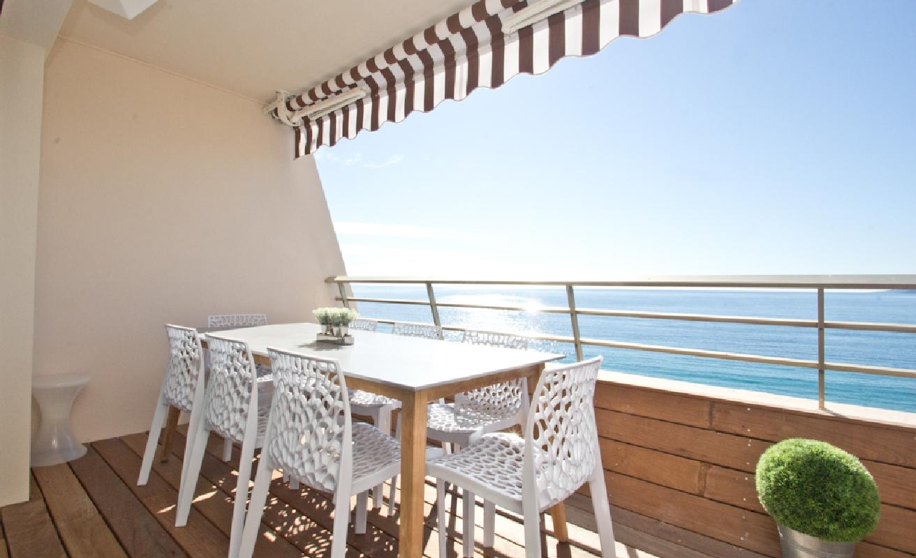 Sunny sea view apartment in Cannes