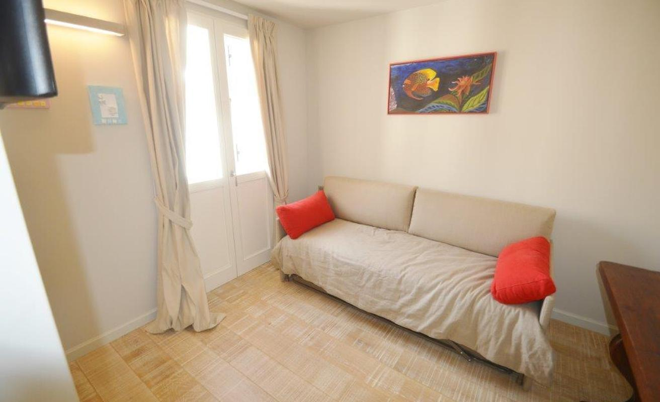 Smart two bedroom apartment close to the Palais