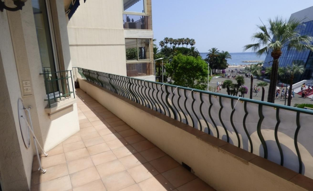 Ideally located three bedroom apartment facing the Palais des Festivals