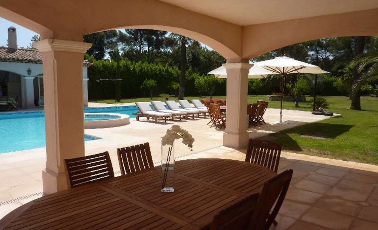 Spacious eight bedroom villa near Cannes