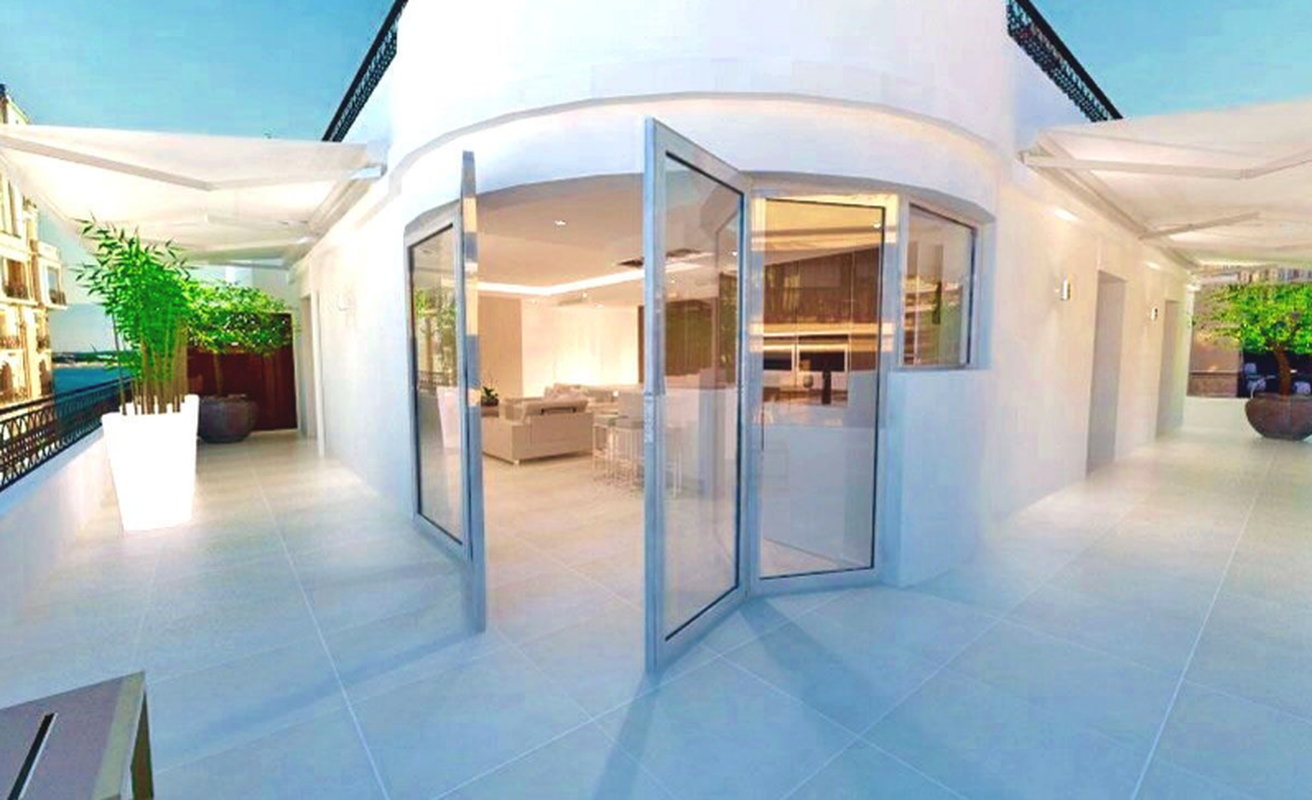 Penthouse three bedroom behind the Carlton Hotel