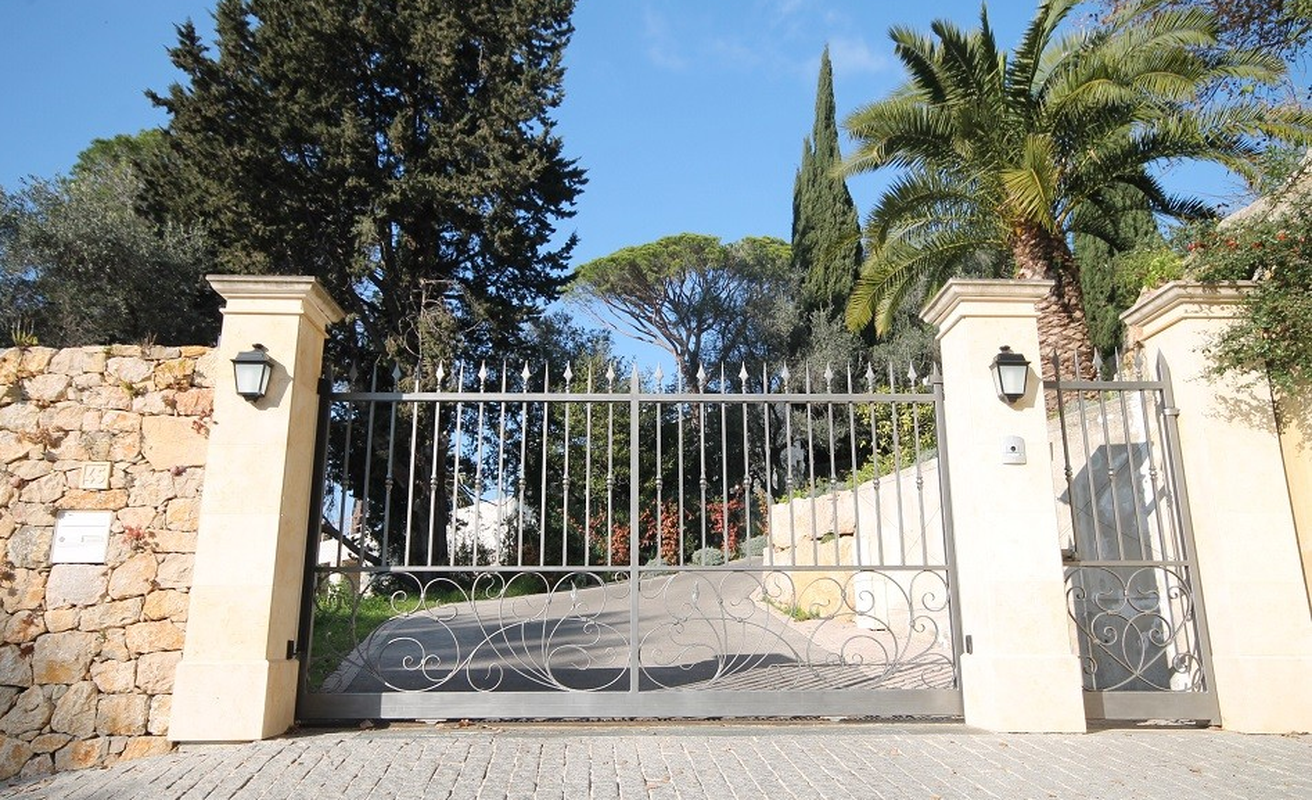 Splendid eight bedroom villa with pool in Le Cannet