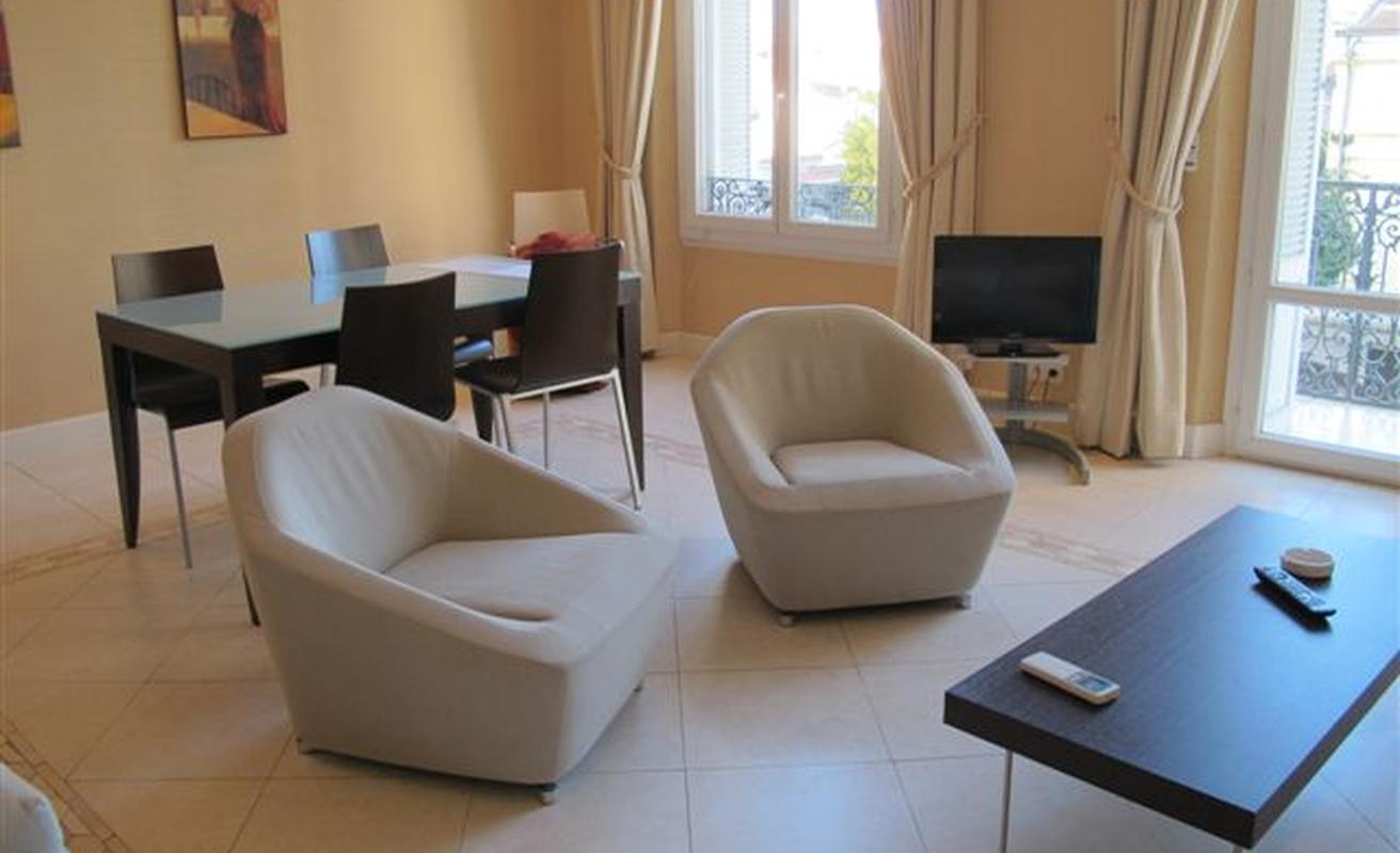 Spacious two bedroom apartment on rue d'Antibes