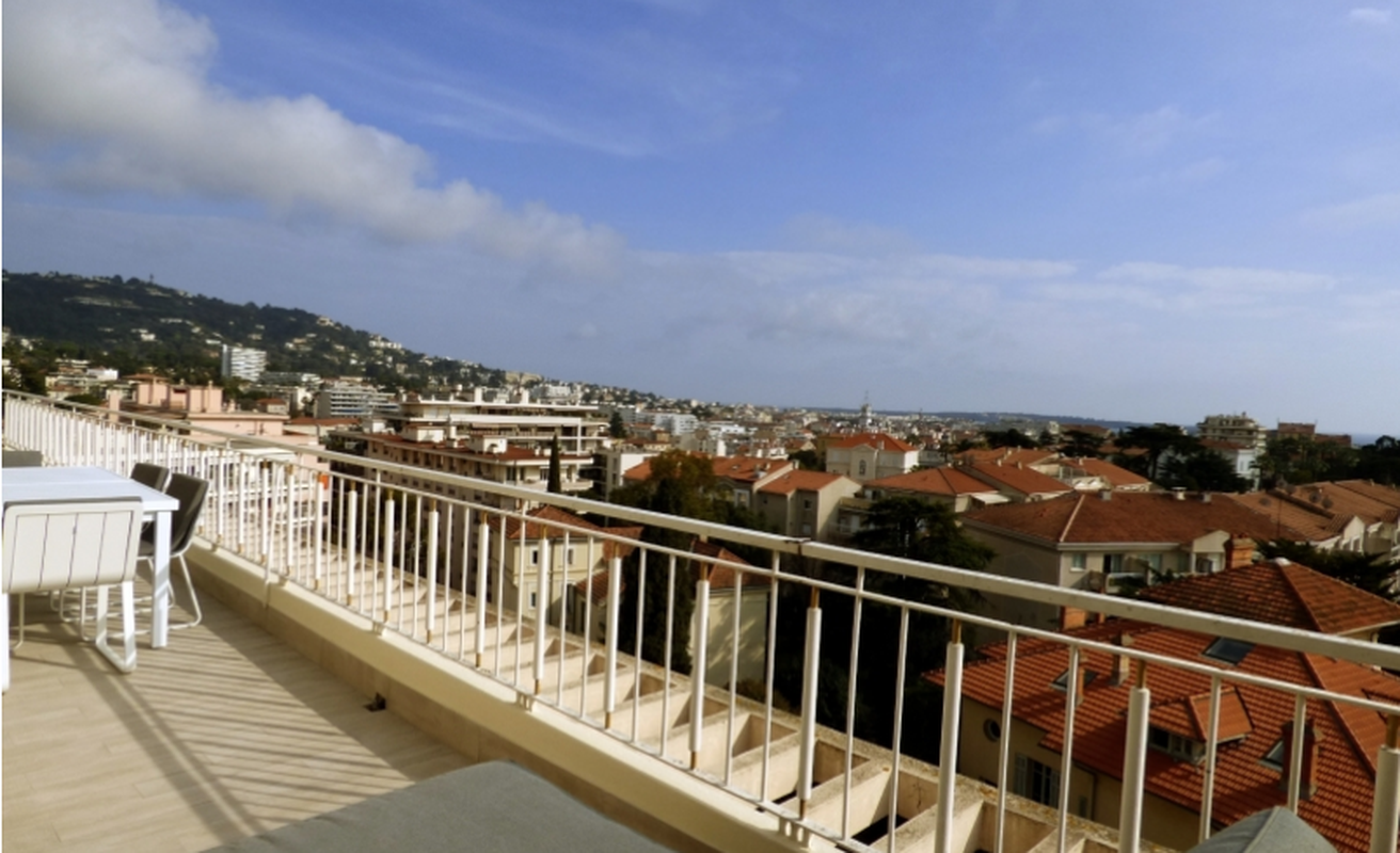 Sunny three bedroom with terrace in Cannes North