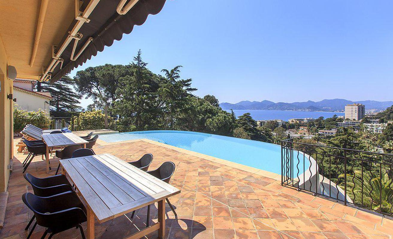 Six bedroom villa with a swimming pool in Cannes
